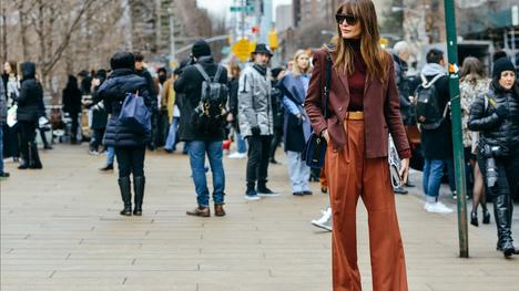 5d727427e21b Πως φοράμε σωστά τις φαρδιές παντελόνες της νέας σεζόν με καμπάνα ή χωρίς